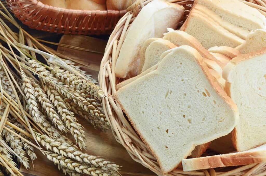 Fatias de pão de forma branco: carboidratos vazios que aumentam o estresse