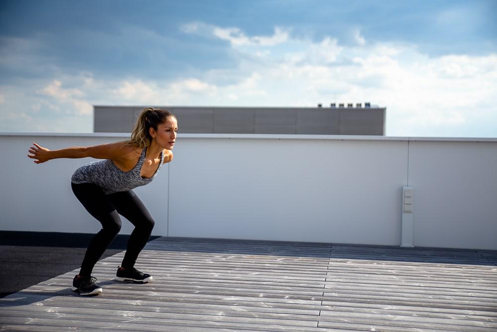Jump-squat sur une terrasse