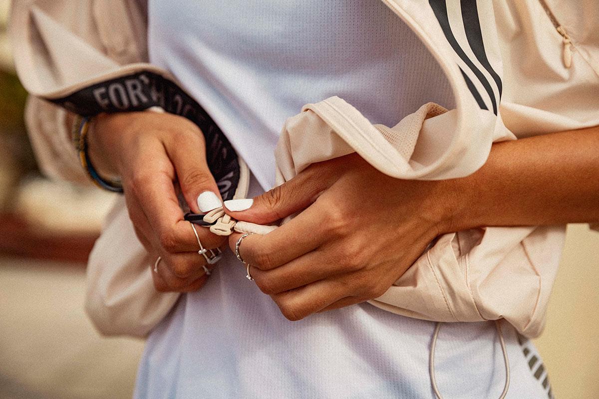 Mujer subiendo la cremallera de su chaqueta para entrenar