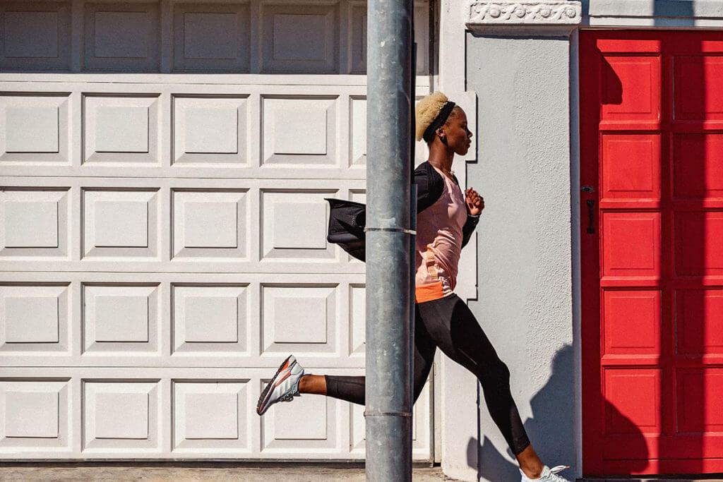 une femme court dans la rue pour améliorer sa cadence de course