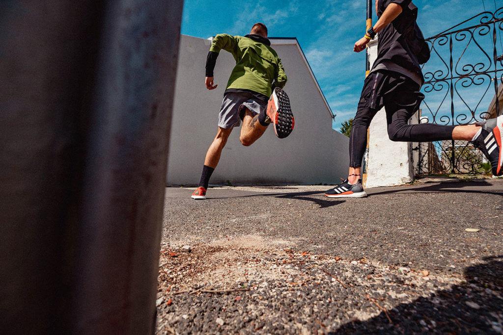 deux homme courent dehors et travaillent leur allure et leur cadence de course