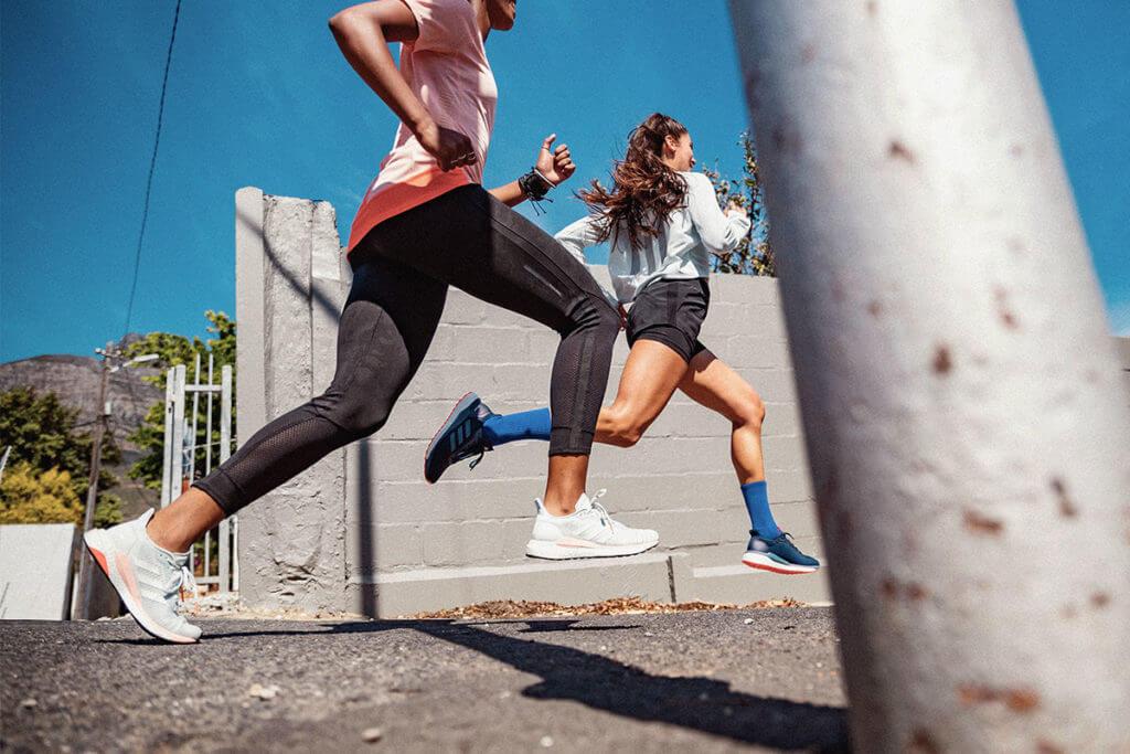 Deux femmes travaillent leur cadence de course grâce aux conseils adidas Runtastic