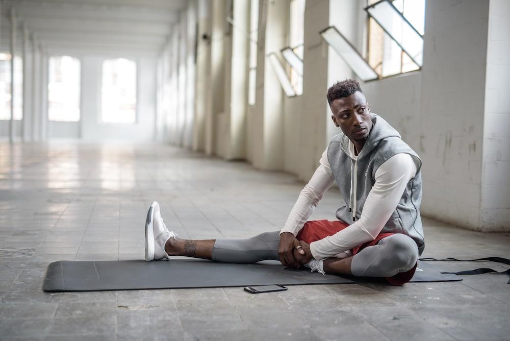 El hombre se siente adolorido por hacer ejercicio