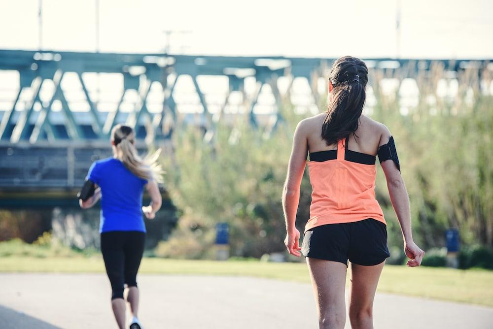Dos mujeres corriendo y caminando