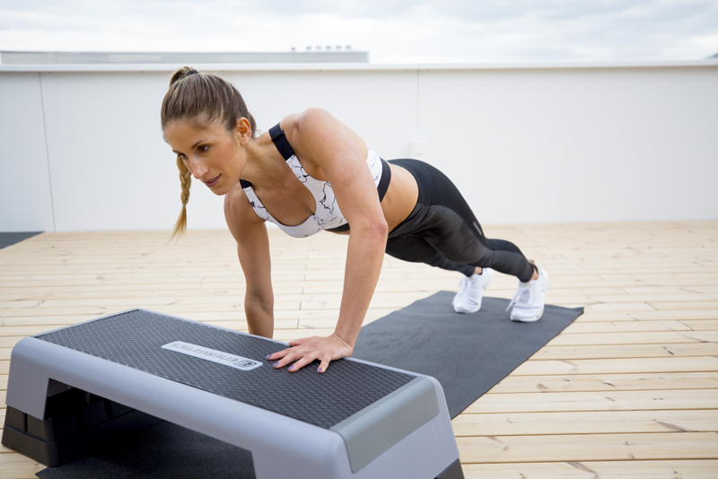 Mujer haciendo step ups