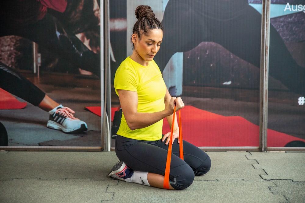 Flexion du biceps avec bande élastique