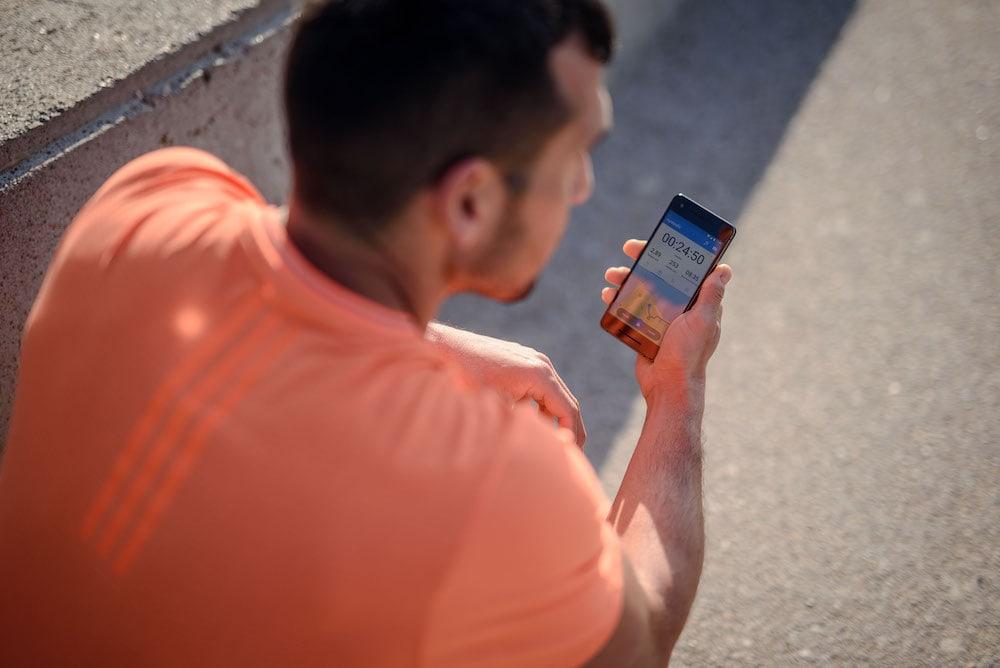 Un hombre entrenando con la app Runtastic