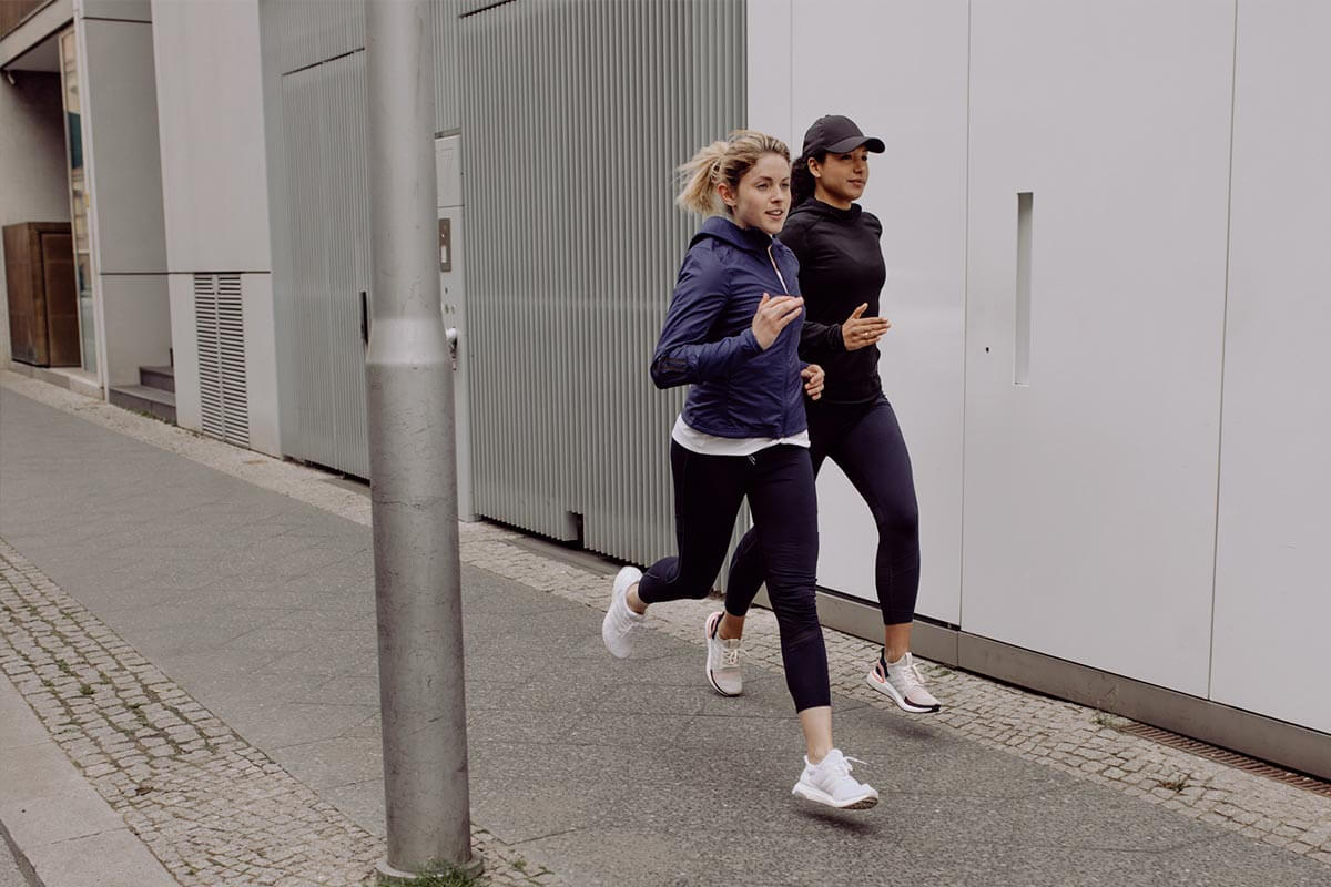 Duas mulheres correndo na rua