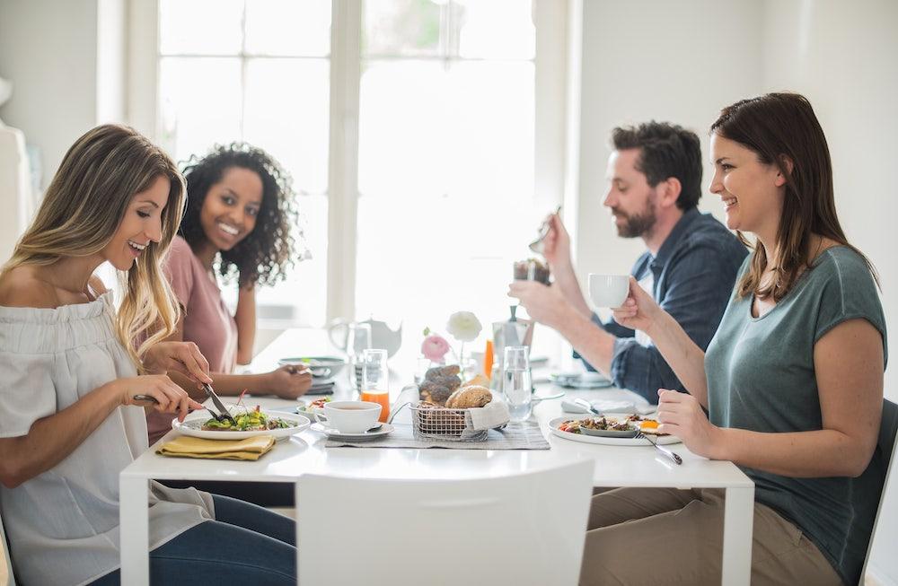 Amigos compartilhando uma refeição na janela de alimentação do jejum intermitente