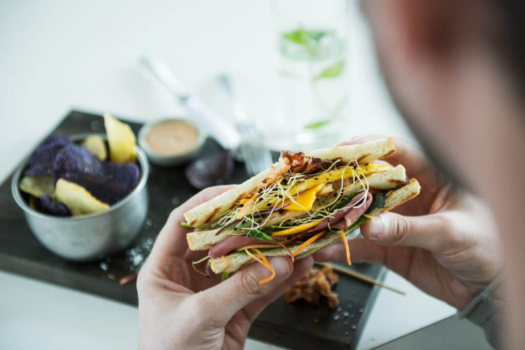 panino con formaggio e prosciutto carboidrati