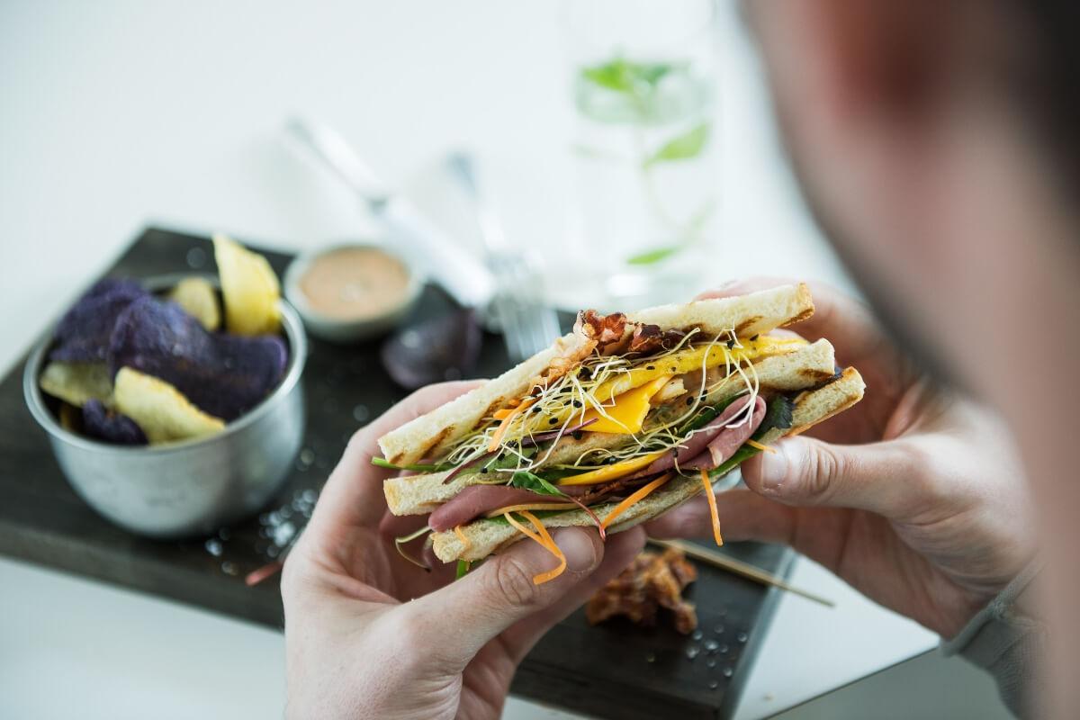 Sanduíche com queijo, presunto e legumes variados