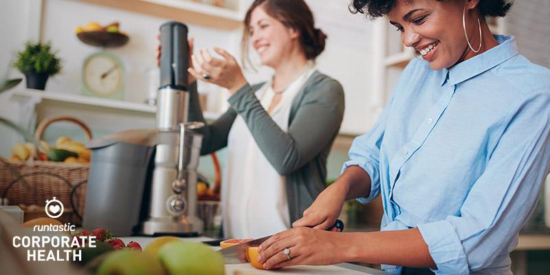 Zwei Freundinnen bereiten gemeinsam ein gesundes Fruestueck.