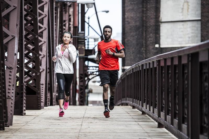 Un homme et une femme qui court