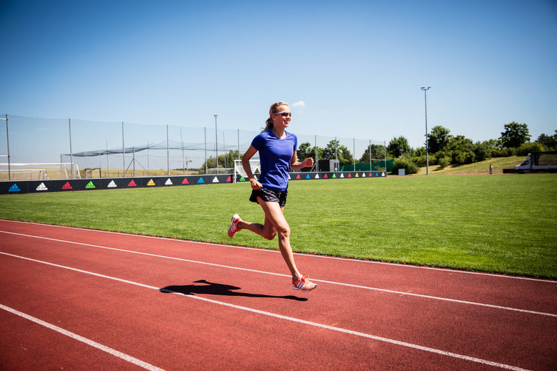 Jeune femme qui court sur un terrain