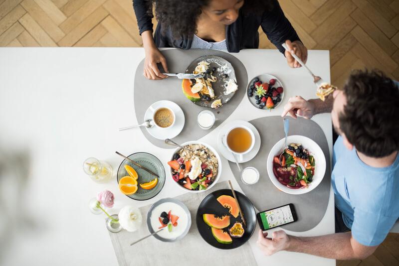 Un homme et une femme au petit déjeuner