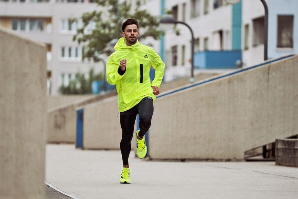 Ein Mann läuft durch die Stadt um sich auf einen Halbmarathon vorzubereiten