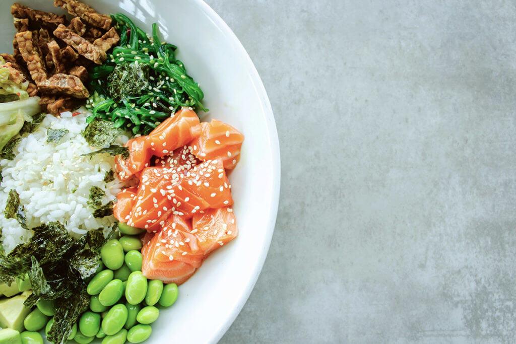 Un poke bowl est une excellente source de protéines saines