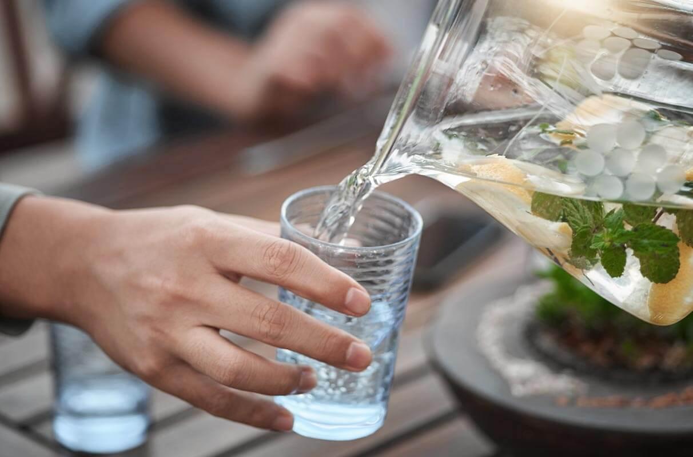 Un vaso de agua ayuda a mantener la hidratación y a combatir la depresión invernal