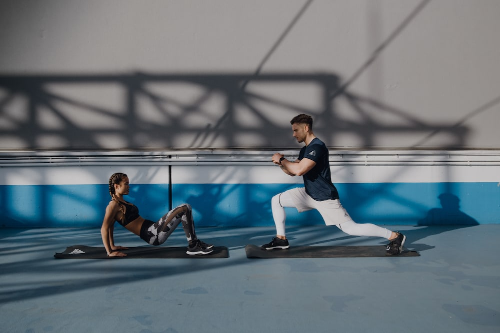 Dupla fazendo exercícios para perder a barriga e fortalecer o abdômen