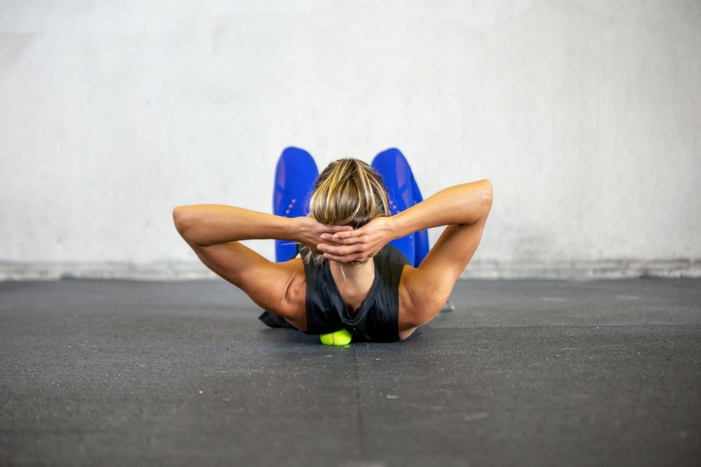 une femme fait des exercices pour soulager et renforcer sa nuque