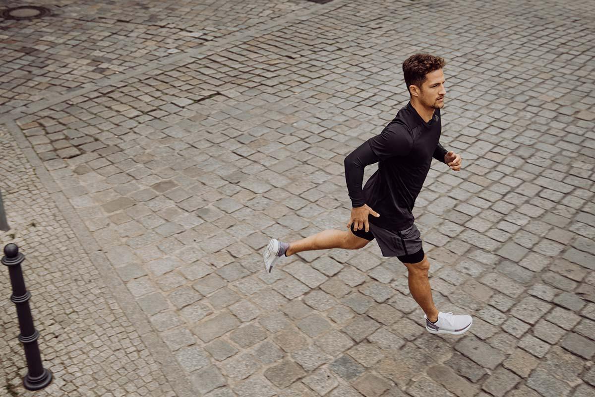 Uomo che corre per strada