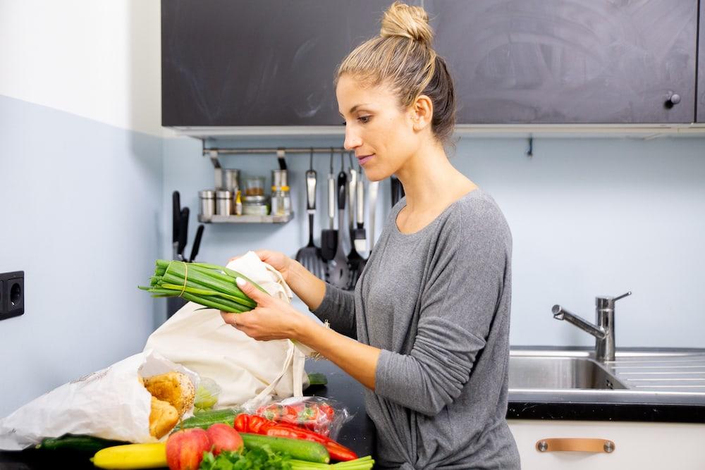 mulher higienizando verduras