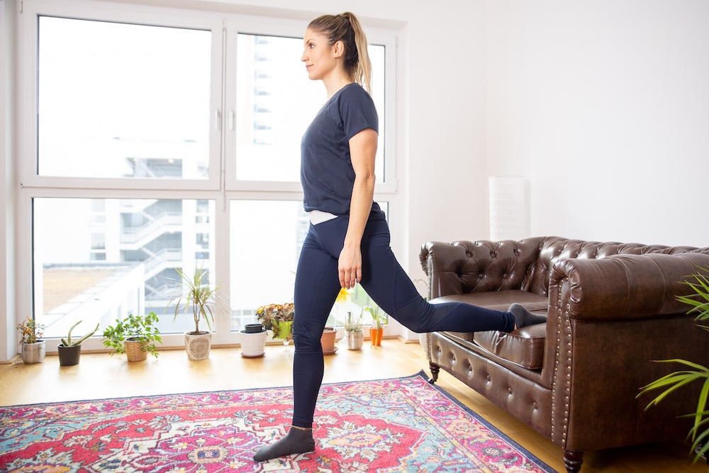 Fitness Coach Lunden Souza is doing a Bulgarian Split Squat as exercise for a better butt