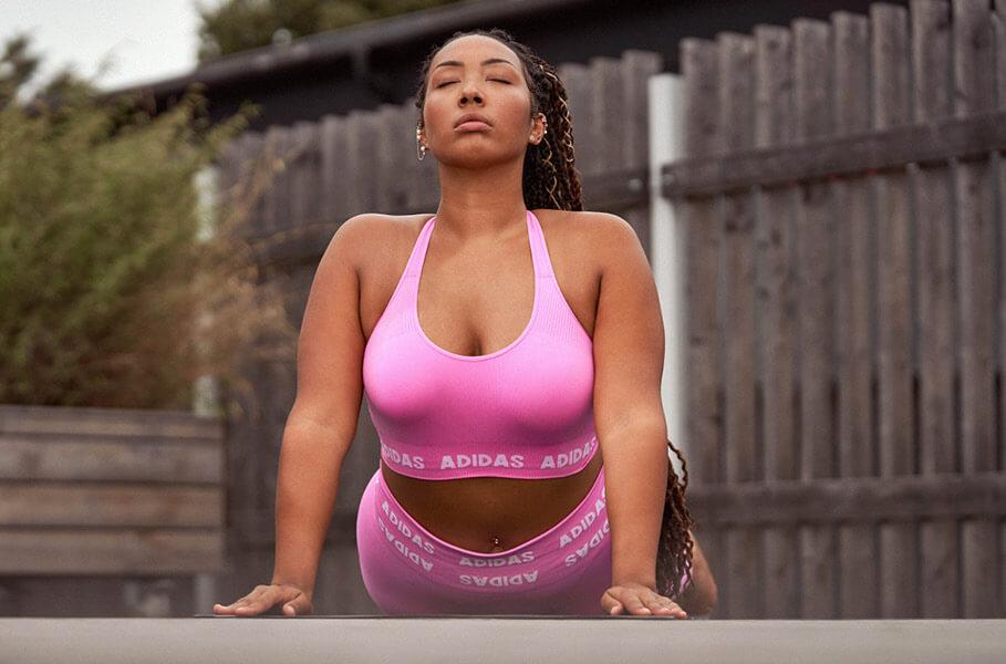 Eine Frau betreibt Yoga - um sich digital zu entgiften