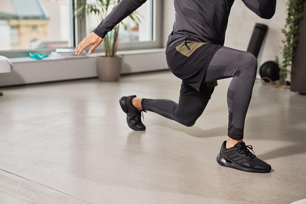 Pessoa praticando atividades físicas em combinação com o jejum intermitente