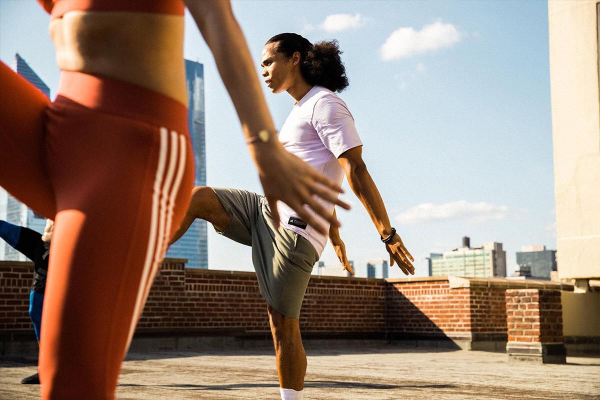 Personas entrenando en la terraza de un edificio