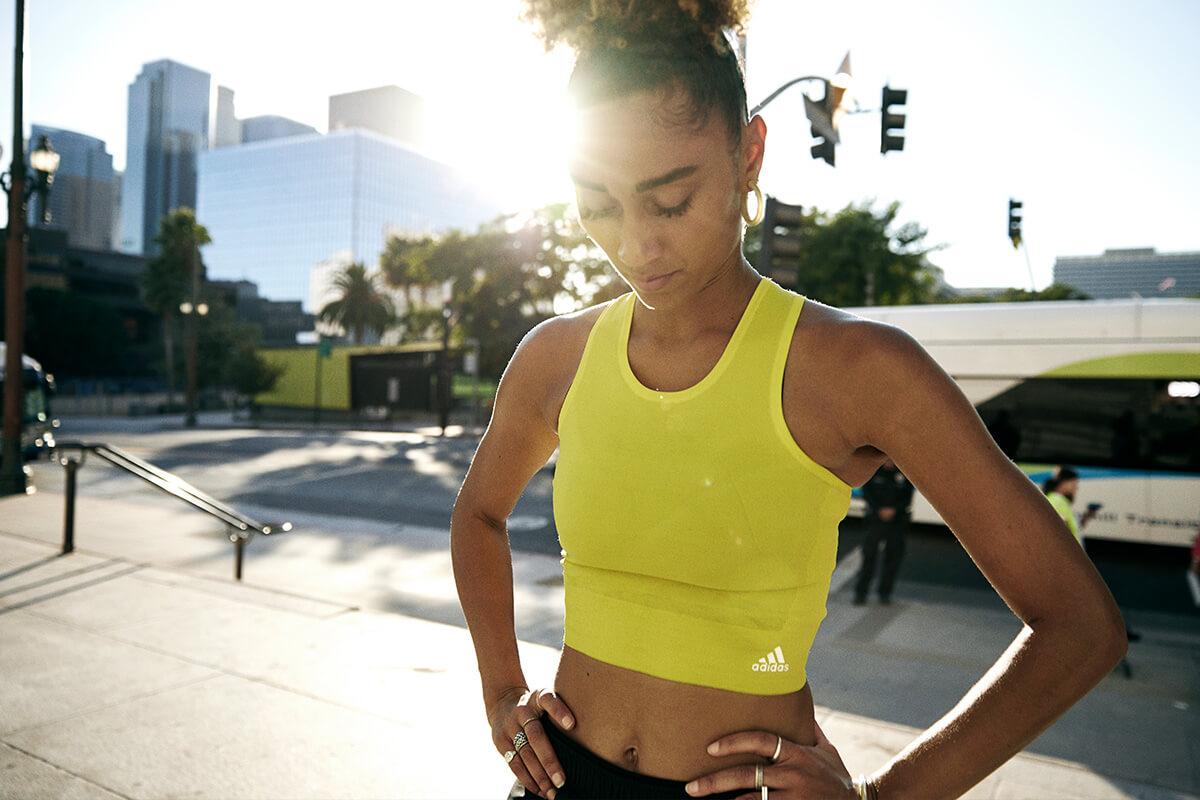Mujer runner entrenando al aire libre