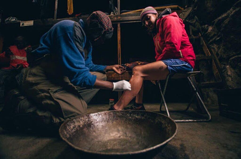 Atleta recebendo cuidados após um ferimento na corrida