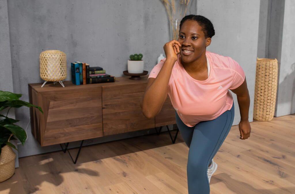 Mujer entrenando cardio con una rutina de baile