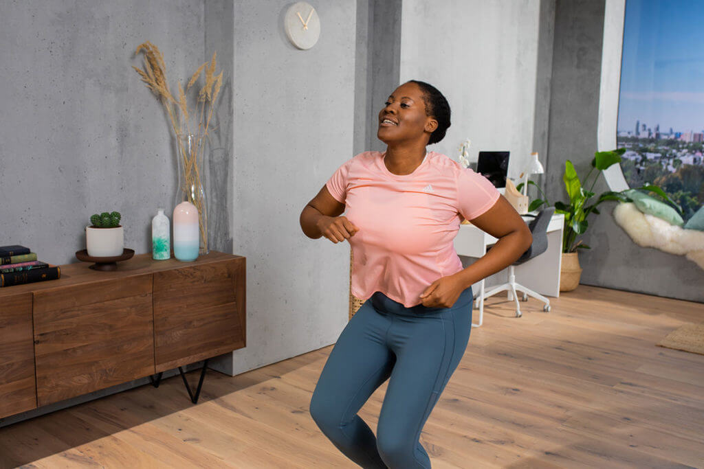 Mujer entrenando cardio con una rutina de baile fitness - dance workout