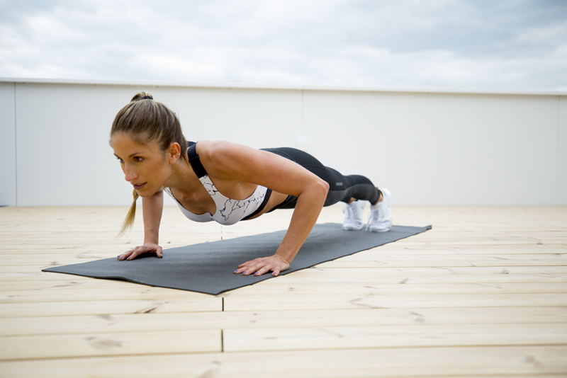 Mujer haciendo 2-2-2 push ups