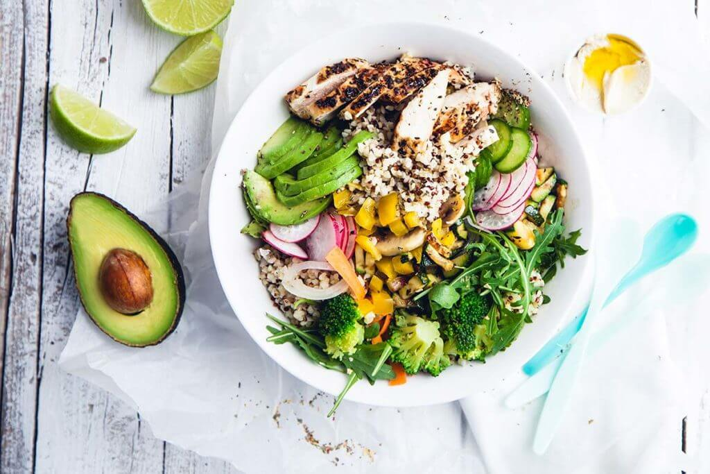una scodella di insalata proteica ideale per aumentare la massa muscolare