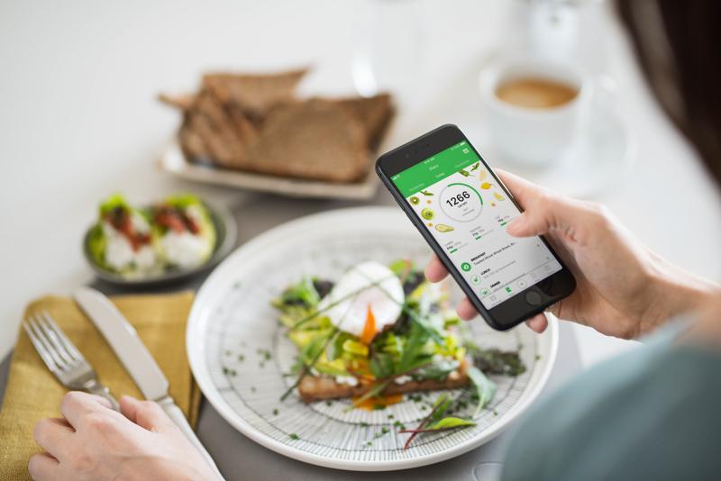 Jemand trackt sein Essen mit der Runtastic Balance App