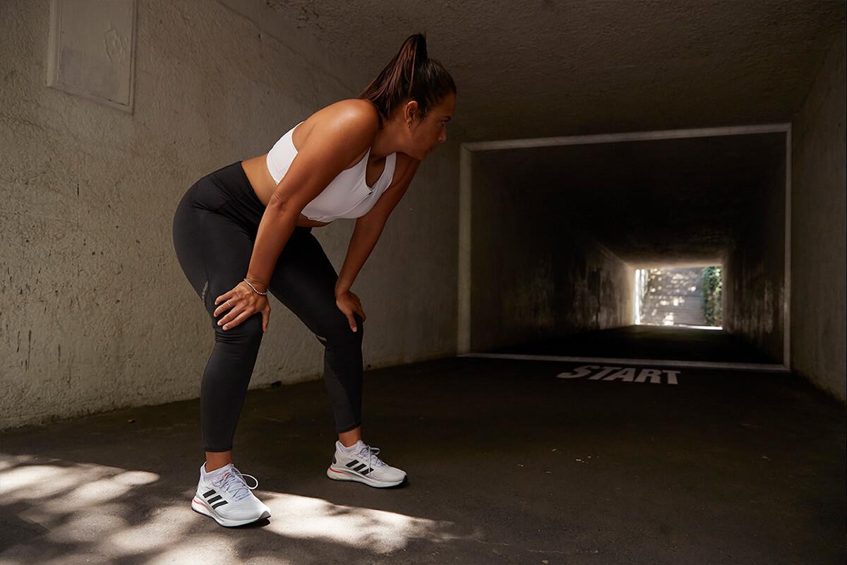 Mujer preparada para empezar a correr