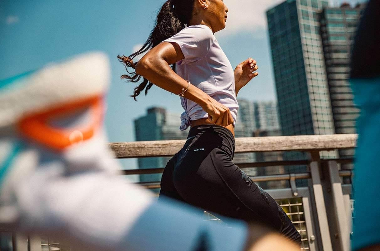 Eine Frau läuft auf nüchternen Magen am Morgen in einer Stadt