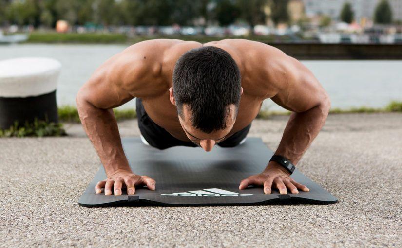 Un homme qui s'entraîne au poids du corps