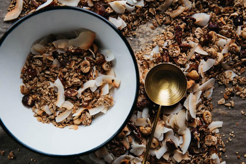 Un bol de céréales, noix et noix de coco