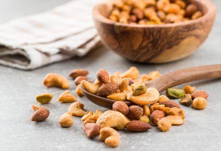Pote contendo castanhas de caju, alimento perfeito para engordar com saúde