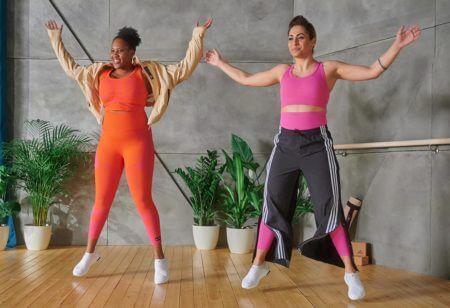 Due ragazze si allenano insieme