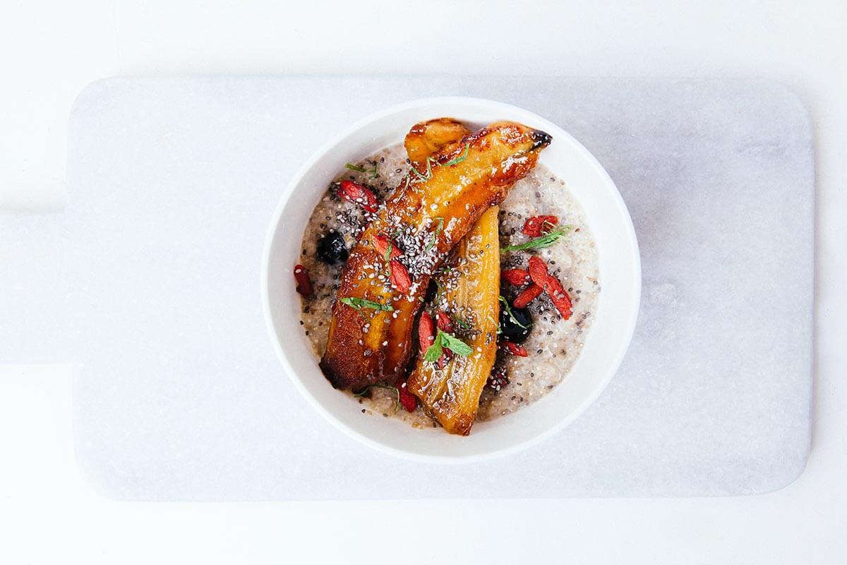 Refeição balanceada e saudável: arroz, peixe e legumes