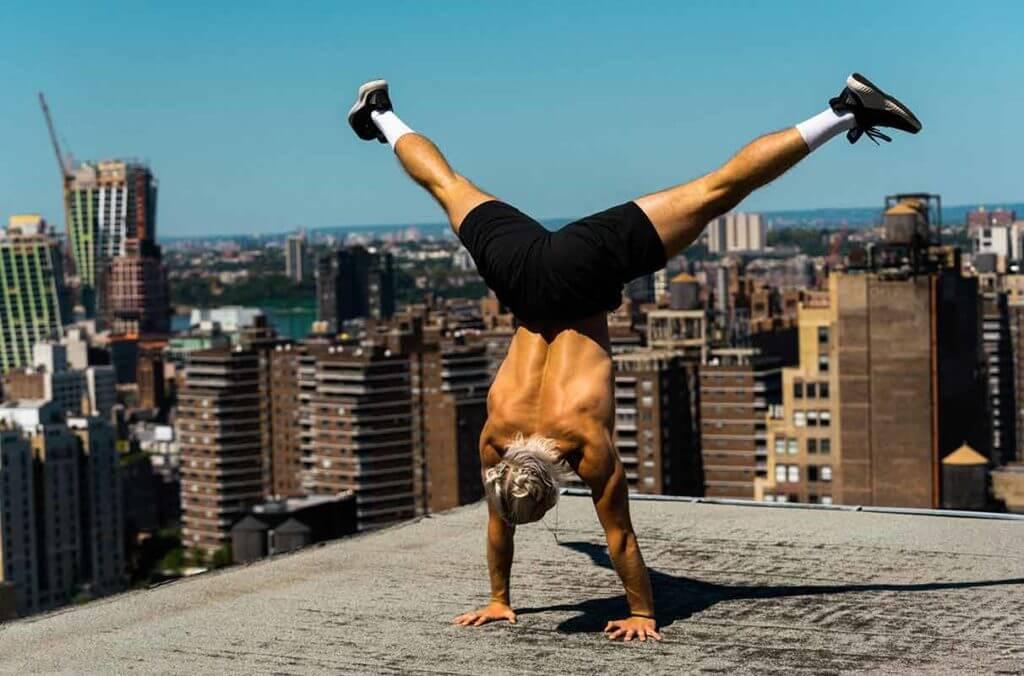 un homme fait des exercices pour se muscler au poids du corps