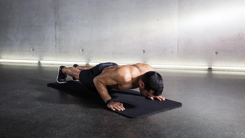 atleta mentre fa dei push-up