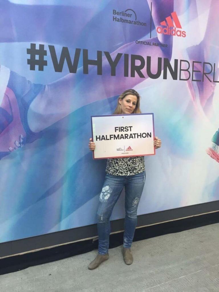 Laura die ihren ersten Halbmarathon läuft.