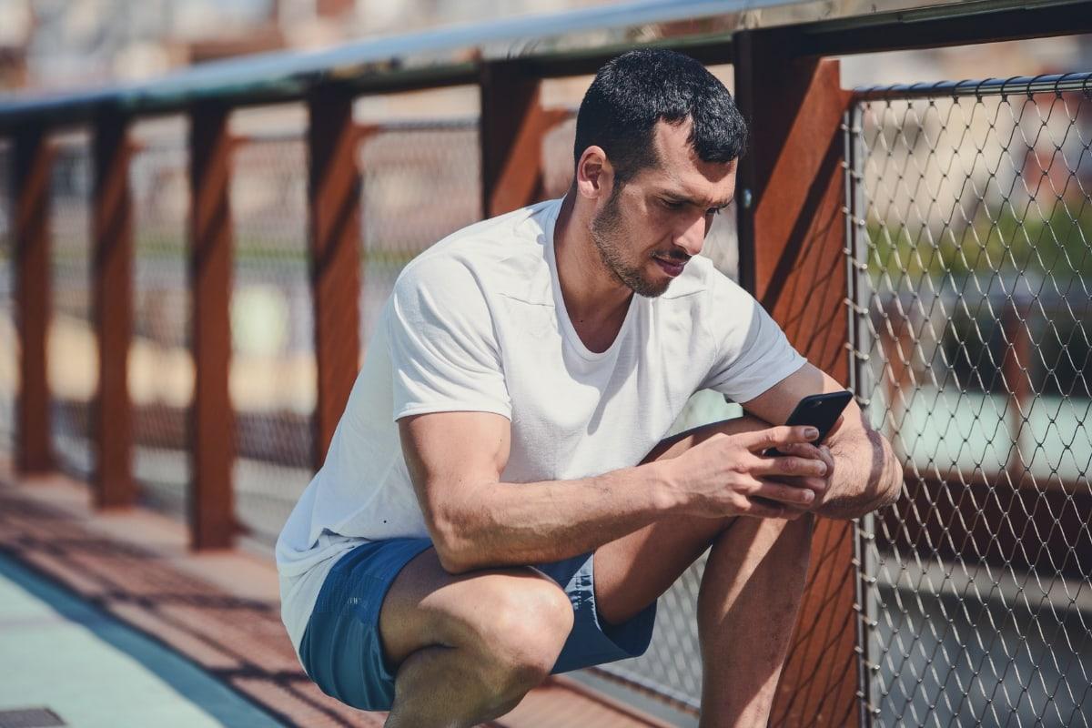 Ein Mann sieht sein Phone an