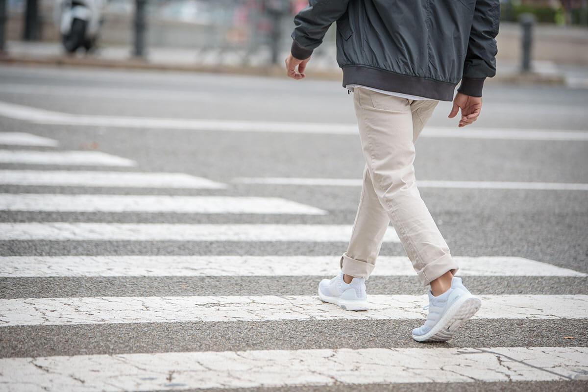 Persona che cammina su strisce pedonali