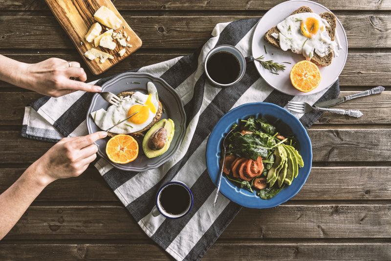 Desayuno con huevos y aguacate